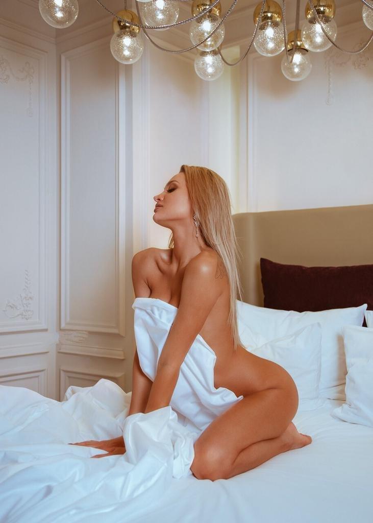 Суперская загорелая блонда в Москве сосет на пять