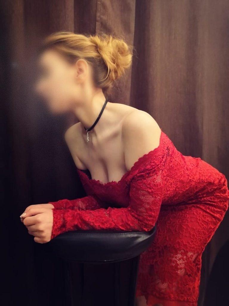Блондинка в красном платье выглядит роскошно