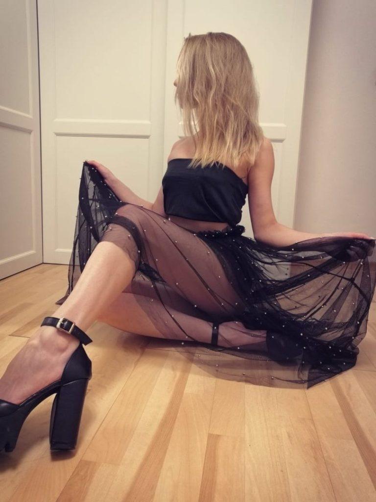 Идеальная блондинка в платье хорошо станцевала