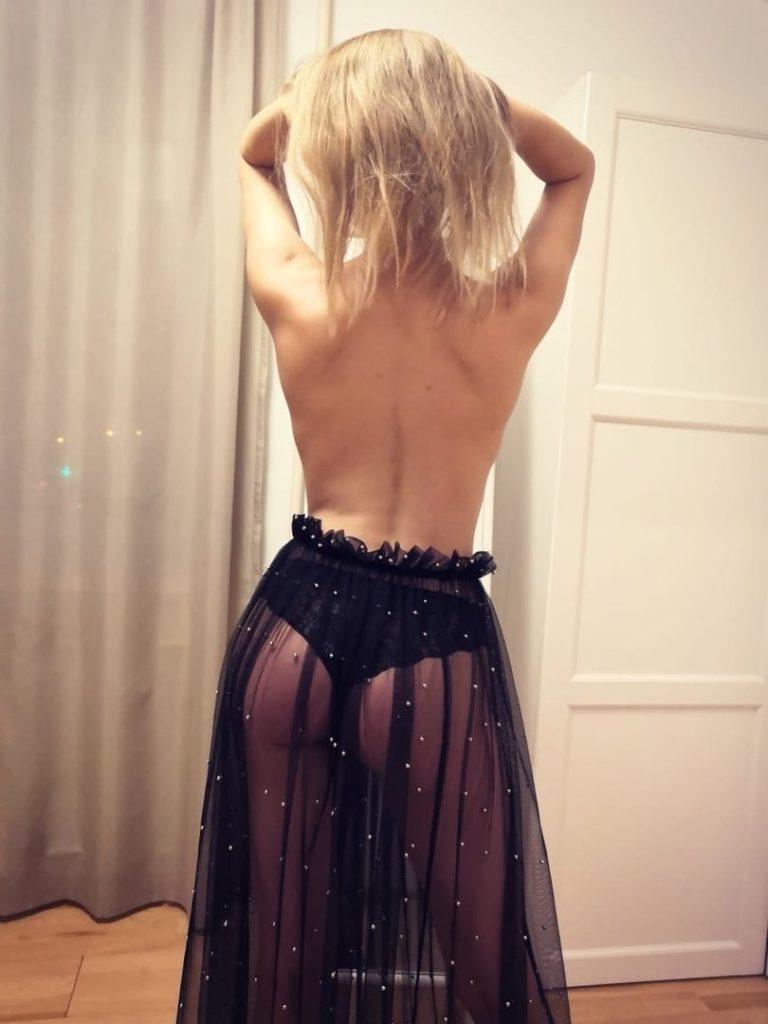 Сучка любит прозрачные юбочки